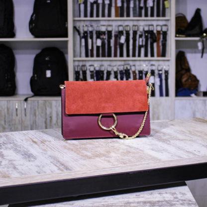 красная сумка из кожи и замши